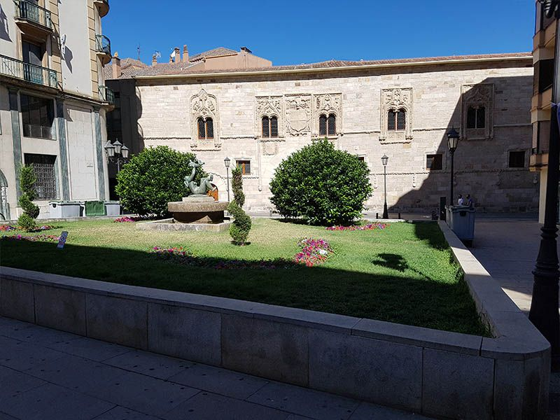 Plaza de Zorrilla y palacio de los Momos