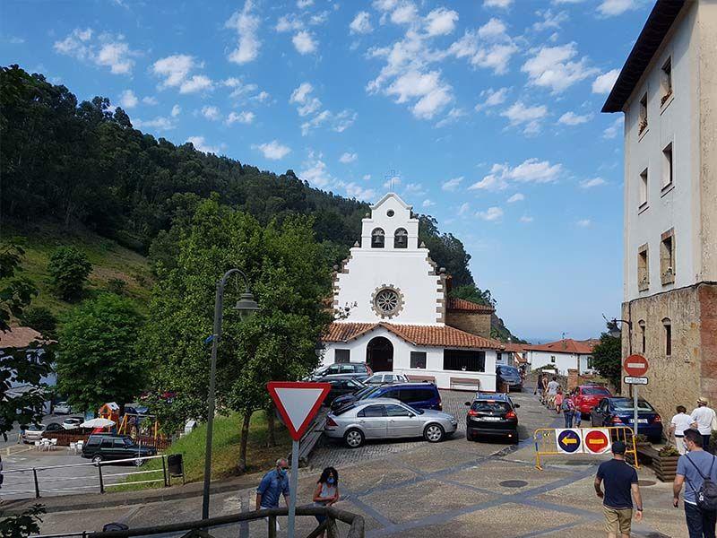 Iglesia parroquial y barrio de San Miguel, en Tazones