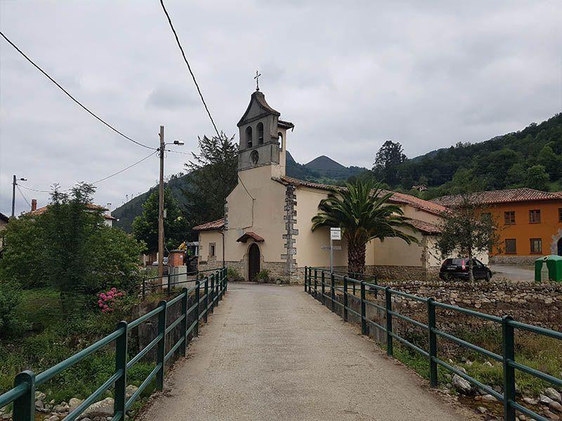 Iglesia de Santa María de las Nieves y el puente sobre el río Infierno