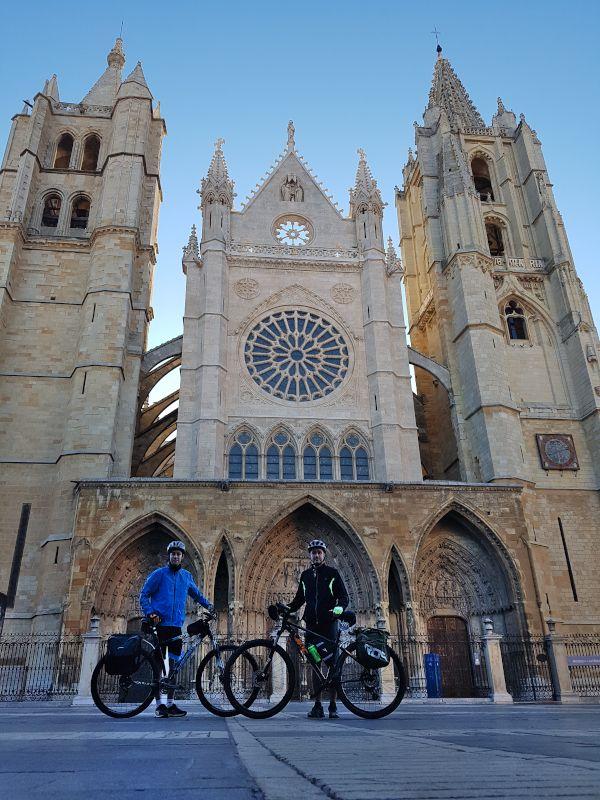 catedral león inicio camino de santiago en bici