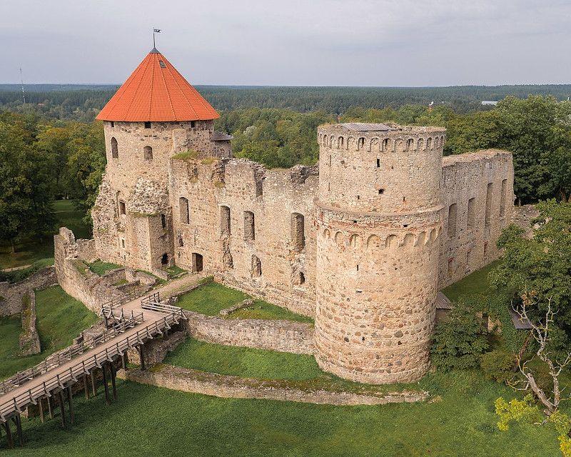 castillo de cesis en el parque nacional de gauja letonia