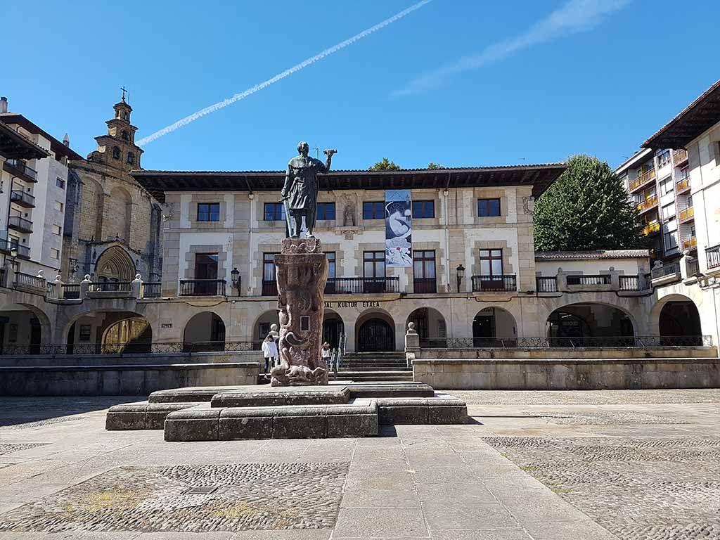 Plaza de los Fueros, donde se encuentra el museo de la Paz
