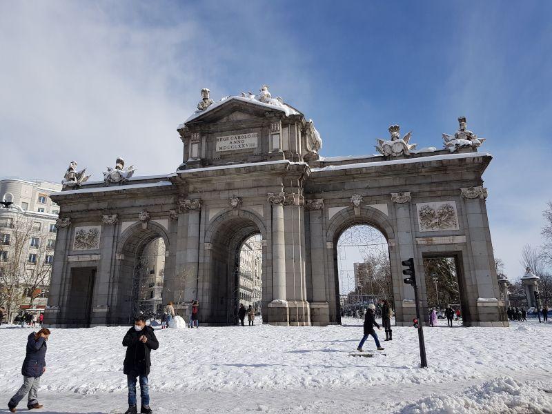 la puerta de alcalá de madrid nevada