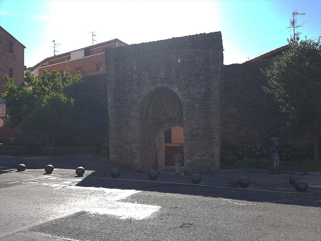Puerta de San Juan y monumentos a las pescadoras