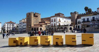 Plaza Mayor de Cáceres, con las letras amarillas