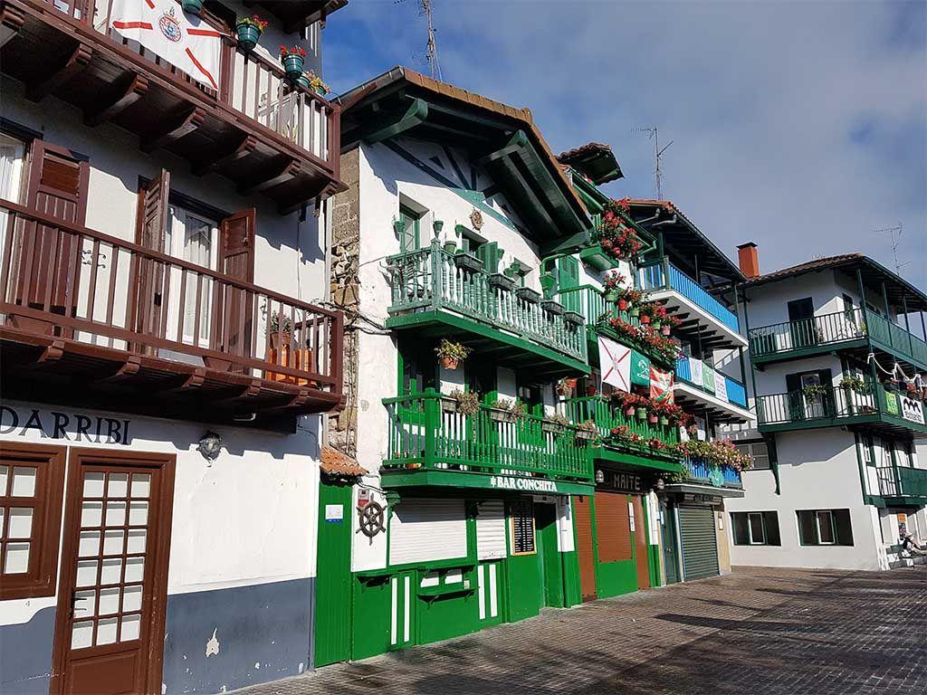 Casas de colores en el barrio de la marina de Hondarribia