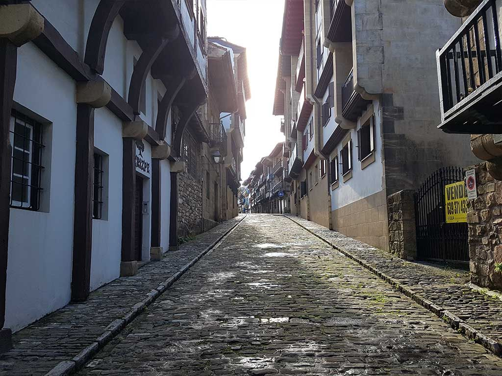 Calle de San Nicolás, con edificios tradicionales en Hondarribia