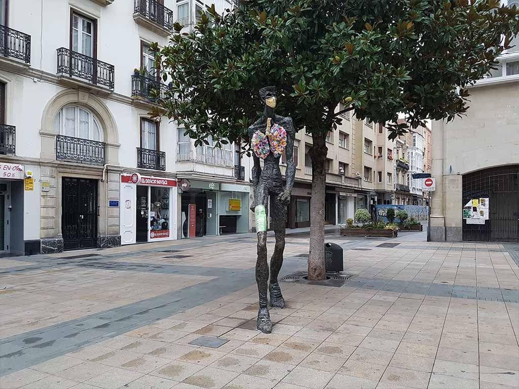 Estatua de El Caminante, uno de los lugares que ver en Vitoria en un día