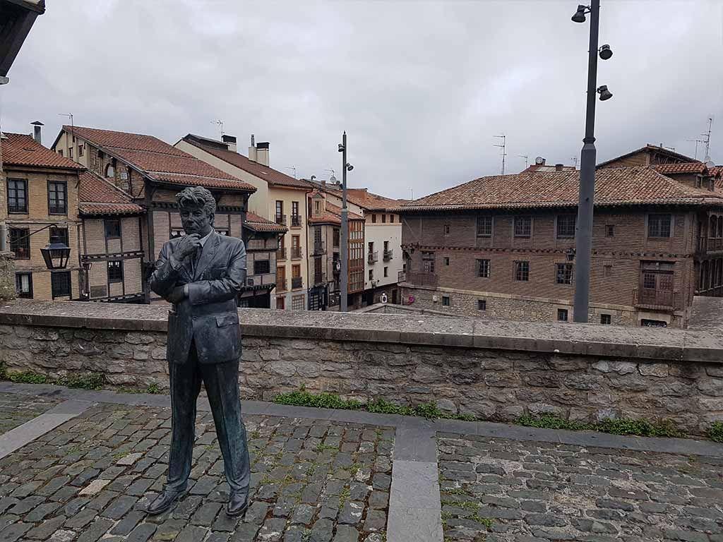 Estatua de Ken Follet, en Vitoria