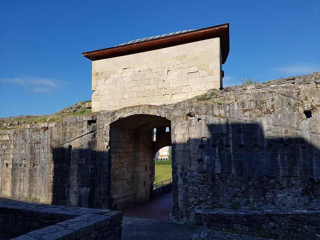 Puerta de San Nicolás y murallas de Hondarribia