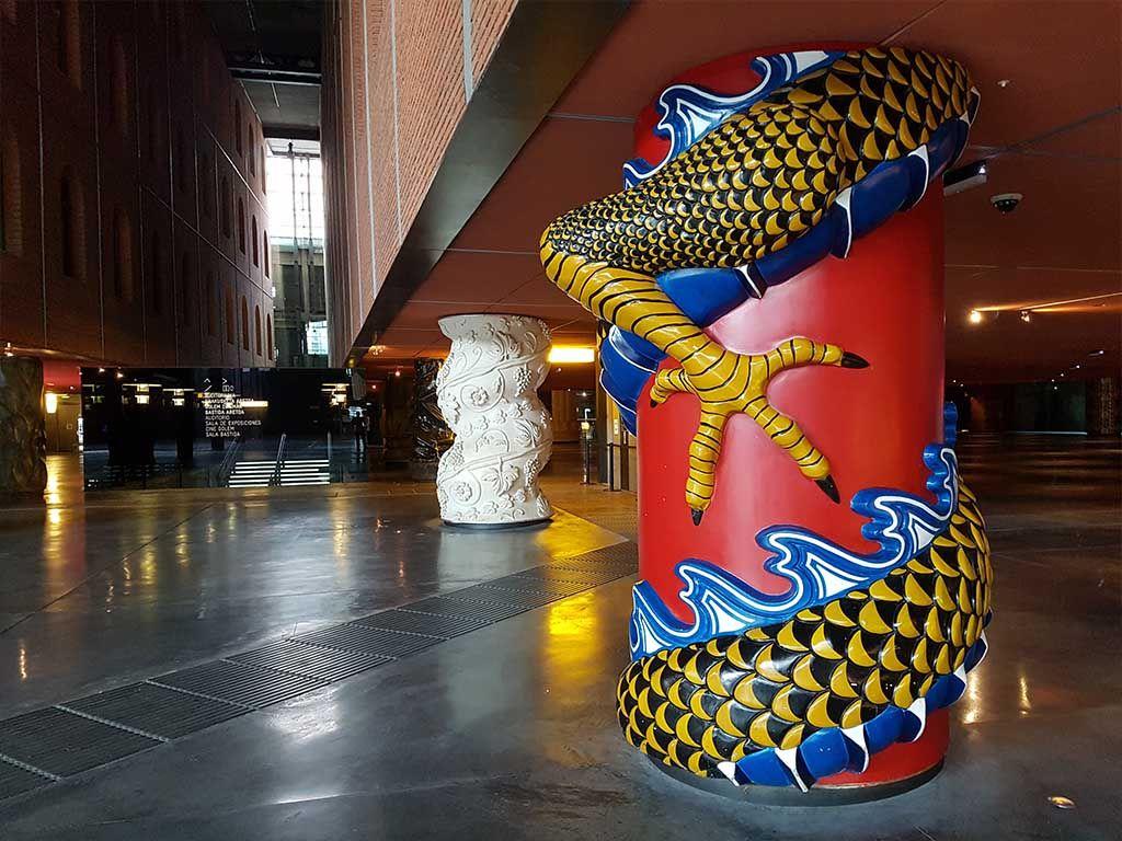 Columnas coloridas en Azkuna Zentroa