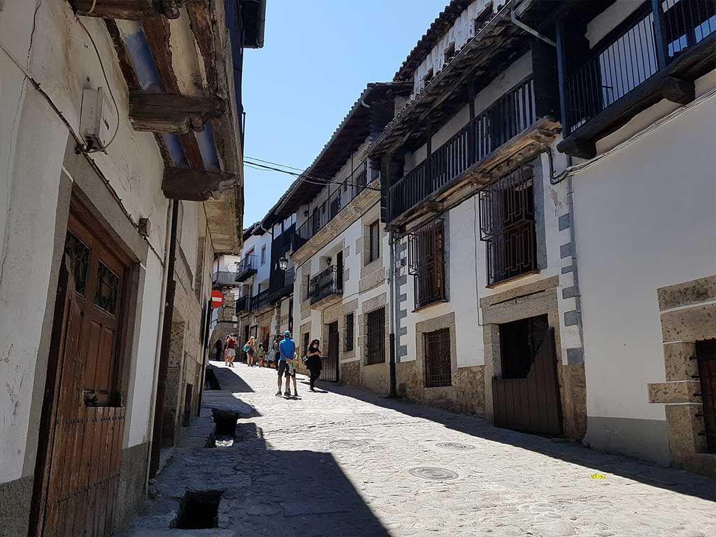 Calle de Candelario con regaderas