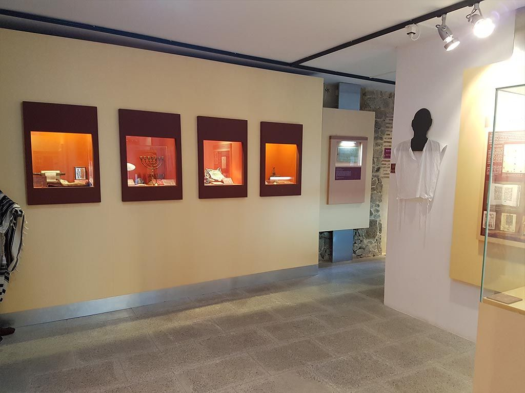Interior del museo judío David Melul